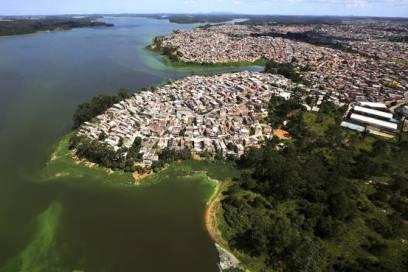 Vista aérea de favela às margens da represa Billings, em São Paulo. paulo whitaker/Reuters